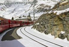 Rode trein bij de post van Grüm van de Alp stock foto's