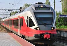 Rode trein bij post Stock Afbeelding