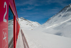 Rode trein en bergen Stock Fotografie