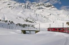 Rode trein en sneeuwvallei royalty-vrije stock foto