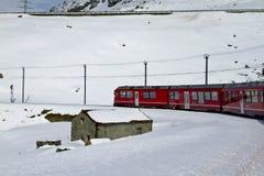 Rode trein en sneeuwvallei stock foto's