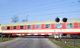 Rode trein kruising. Royalty-vrije Stock Afbeeldingen