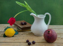 Rode tulp en een granaatappel royalty-vrije stock afbeeldingen
