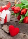 Rode tulpen, de harten van de Valentijnskaartendag en giftdoos Stock Foto's