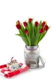 Rode tulpen in een melkkarnton royalty-vrije stock fotografie