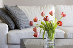 Rode tulpen in moderne woonkamer - huisdecor royalty-vrije stock foto