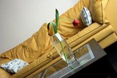 Rode tulpen op een lijst van glas in het heldere leven ro Royalty-vrije Stock Afbeeldingen