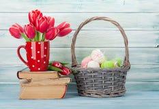 Rode tulpenbloemen en paaseieren Stock Foto's