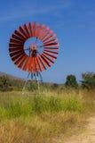 Rode turbines voor pompwater en lagune Stock Foto