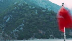 Rode Turkse vlag die op wind bij jacht golven Nationale vlag die van Turkije bij boot golven stock footage