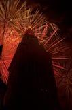 Rode uitbarstingen achter het gebouw royalty-vrije stock afbeelding