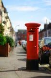 Rode uitstekende brievenbus Stock Foto's