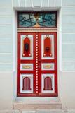Rode uitstekende deur op een oude de bouwvoorgevel in de oude stad van Tallinn royalty-vrije stock foto
