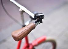 Rode uitstekende fiets stock afbeeldingen