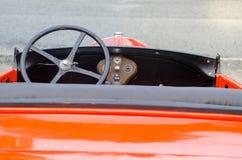 Rode uitstekende oude geparkeerde tijdopnemerauto Stock Afbeelding
