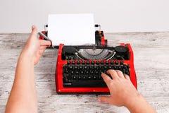 Rode uitstekende schrijfmachinemaschine met wit leeg document blad op lijst Royalty-vrije Stock Fotografie