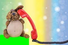 Rode uitstekende telefoonontvanger met zwarte kabel voor colo stock fotografie