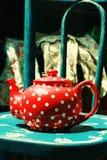 Rode uitstekende theepot Stock Afbeelding