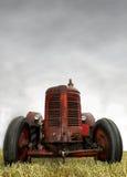 Rode uitstekende tractor Stock Fotografie