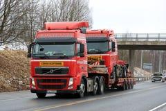 Rode Uitzonderlijke Vervoer van Volvo FH van Identieke Vrachtwagen Stock Afbeeldingen