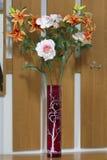 Rode vaas met bloemen. Royalty-vrije Stock Foto