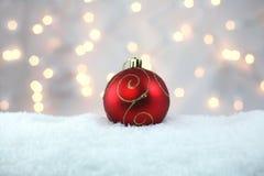 Rode Vakantiebol in Sneeuw royalty-vrije stock afbeelding