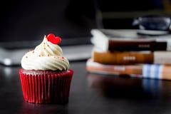 Rode Valentine-hartliefde cupcake Royalty-vrije Stock Afbeeldingen