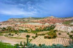 Rode vallei in Cappadocia, Anatolië, Turkije Vulkanische bergen i Royalty-vrije Stock Foto's