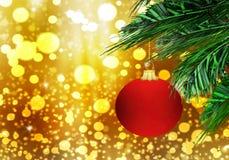 Rode van de Achtergrond Kerstmis matte bal gouden sneeuwcirkels Stock Fotografie