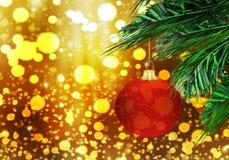Rode van de Achtergrond Kerstmis matte bal gouden sneeuwcirkels Stock Foto