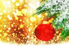Rode van de Achtergrond Kerstmisbal gouden sneeuwcirkels Stock Fotografie