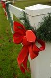 Rode van de de boog groene pijnboom van het vakantielint de slinger witte omheining Royalty-vrije Stock Afbeelding