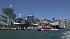 Rode veerboot die Darling Harbour verlaten die van een veerboot wordt gefilmd stock videobeelden