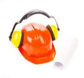 Rode veiligheidshelm met oortelefoons Royalty-vrije Stock Fotografie