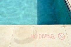Rode verfinschrijving geen duik voor veiligheid op de achtergrond van de pool op een tropische warme overzeese toevlucht en exemp stock foto's
