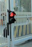 Rode verkeerslichten met veiligheidsbarrière en veiligheidspoorten Stock Fotografie
