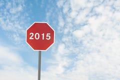 Rode verkeersteken met een tekst van 2015 onder hemel Royalty-vrije Stock Afbeelding