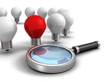 Rode verschillende idee gloeilamp met meer magnifier glas Stock Foto