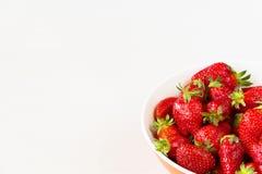 Rode verse die aardbeien in een kom op witte achtergrond wordt geïsoleerd Sluit omhoog mening Stock Afbeeldingen