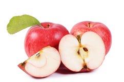 Rode verse die appelen op witte achtergrond worden geïsoleerd Royalty-vrije Stock Foto's