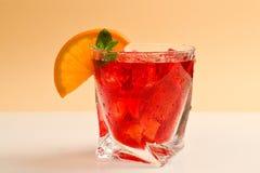 Rode verse drank met ijs, grapefruit en munt op een beige achtergrond royalty-vrije stock afbeeldingen
