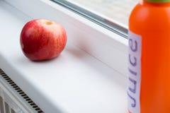 Rode, verse en rijpe dichtbijgelegen van Apple het venster stock foto