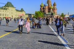 Rode vierkant en de mensen op het de dag na de Overwinningsparade Moskou, Rusland stock foto