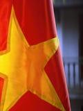 Rode Vietnamese vlag met gebouwenachtergrond Royalty-vrije Stock Foto