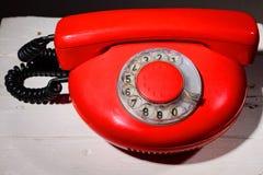 Rode vintagephone op witte achtergrond Stock Foto