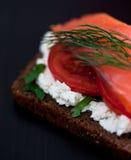 Rode vissen canape met roomkaas en tomaat Stock Afbeeldingen