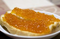 Rode vissenkaviaar op brood Geniet van uw maaltijd stock foto's