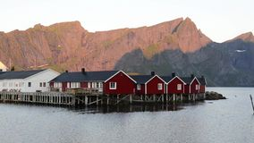Rode visserijhut (rorbu) op het Hamnoy-eiland stock footage