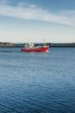 Rode visserijsnijder op blauw water Royalty-vrije Stock Foto