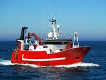 Rode Vissersboot Aan de gang op zee royalty-vrije stock foto